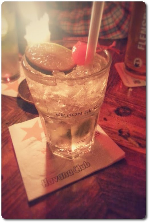 Foto: an Wodka Gimlet with Lime and Cocktailkcherry